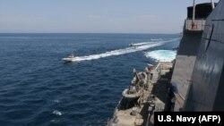 ირანის სამხედრო კატარღები აშშ-ის სამხედრო-საზღვაო ძალების გემ Paul Hamilton-ის სიახლოვეს. 2020 წ. 15 აპრილი.