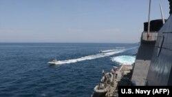Иранский катер вблизи американского эсминца