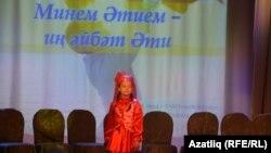 Злата Юзиханова җырлый