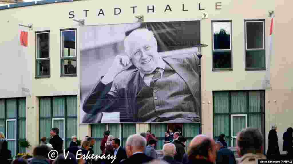 Joi 27 aprilie, în fața sălii de concert de la Kronberg im Taunus