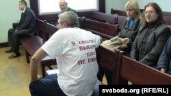 Юры Рубцоў прыйшоў у суд у майцы зь лёзцунгамі з абодвух бакоў