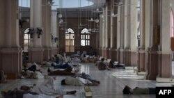 Pakistanezët duke pushuar në një xhami në qytetin Karaçi në periudhën e vapës së madhe