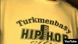 Түркменстан рэперінің сахнаға шығу үшін киген киімі. Сурет Youtube сайтынан алынды.