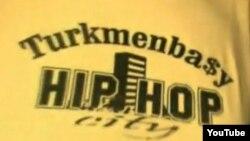 """Майка туркменского рэпера с надписью """"Туркменбаши - город хип-хопа"""". Скриншот с сайта """"Ютуб""""."""