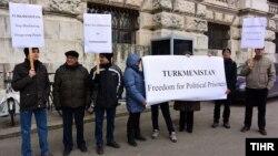 Türkmen aktiwistleri Wenada gurnalan pikiete gatnaşýarlar, 27-nji fewral, 2014.