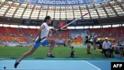 Russia's Yelena Isinbayeva won her third world pole-vaulting title at the World Athletics Championships in Moscow.