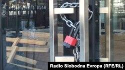 Затворени кафулиња и ресторани во Градскиот трговски центар во Скопје поради пандемијата на коронавирус