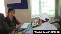Х. Кодир беседует с Мухаммадом, который не хочет показывать лицо