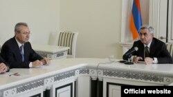 президент Армении Серж Саргсян (справа) представляет сотрудникам ССС нового руководителя ведомства Ваграма Шаиняна, 6 мая 2014 г․