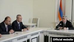 Президент Армении Серж Саргсян (справа) представляет сотрудникам Специальной следственной службы ее нового начальника, Ереван, 6 мая 2013 г. (Фотография - пресс-служба президента Армении)