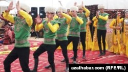 Türkmenistanda Nowruz baýramy mynasybetli geçirilen dabarlaryň biri.