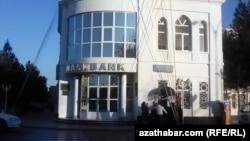 Халкбанк в Туркменабаде единственное место, где можно обналичить деньги