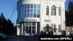 """Здание """"Халкбанка"""" (""""Halkbank""""), Туркменабат"""