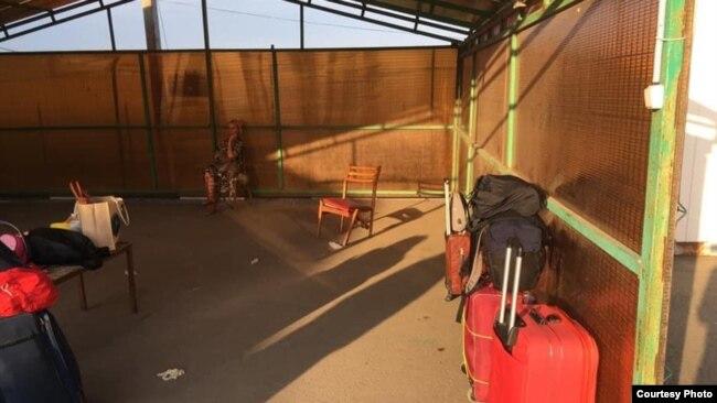 Люди ждут автобус, который должен отвезти их в обсерватор