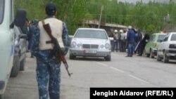 Кыргыз-тажик чек арасындагы тополоң учурдан, Баткен, 28-апрель, 2013. (Сүрөттүн азыркы окуяга тиешеси жок.)