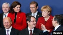 Белгия -- Европа Биримдигиндеги өлкөлөрдүн лидерлери саммит учурунда сүрөткө түшүүдө. 24-октябрь, 2013.