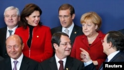 АКШда ыктымал тыңчылык боюнча түшүндүрмөнү Европанын кеминде үч өлкөсү сурады. Сүрөттө: Европа лидерлери Брюсселдеги саммите. 25-октябрь, 2013-жыл.