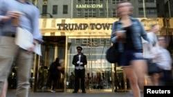 Возле башни Трампа в Нью-Йорке