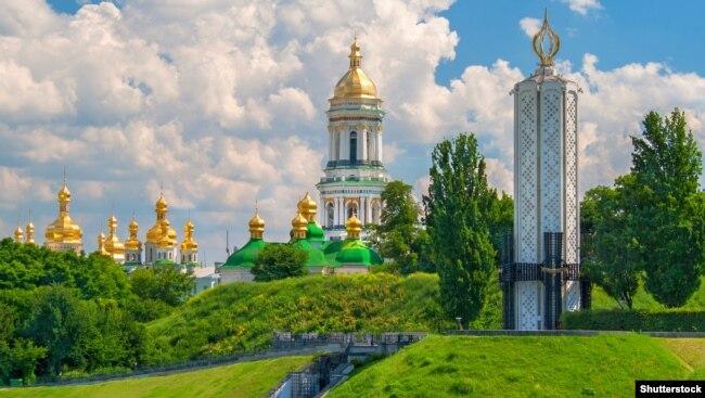 Вигляд на Києво-Печерську лавру з боку «Меморіалу жертв Голодомору» (ліворуч), що присвячений загиблим під час геноциду в Україні в 1932-33 роках, здійсненого тодішнім комуністичним режимом СРСР