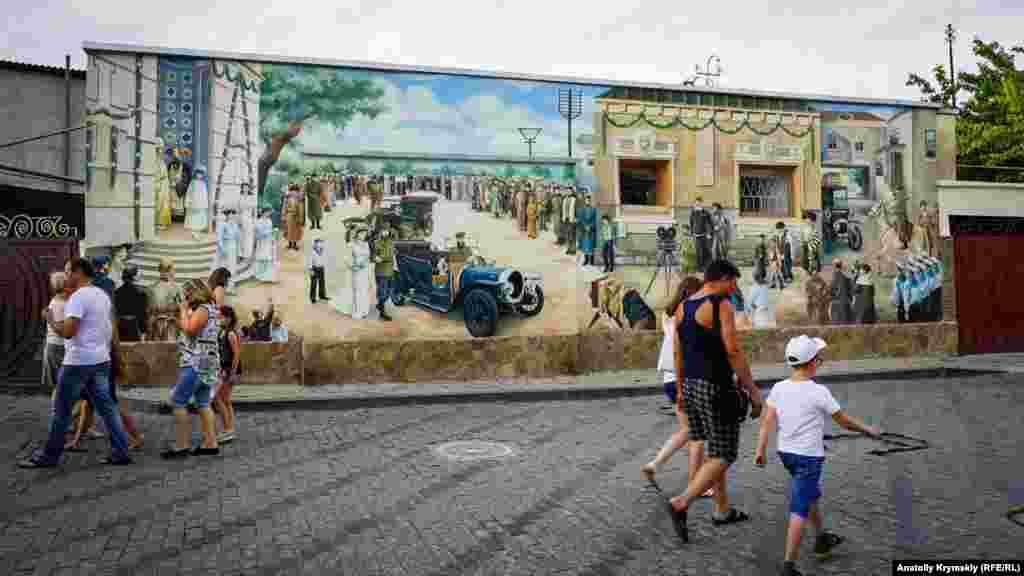 Karaimskaya soqağında çar II Nikolay qorantasınıñ 1916 senesinde Kezlevni ziyaret etkenini köstergen graffitiler