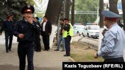 Алматы көшелерінде жүрген полицейлер. (Көрнекі сурет).