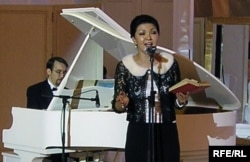 Дариға Назарбаева Еуразиялық медиа-форумның ашылуына байланысты қабылдау кешінде ән шырқап тұр. Алматы, 19 сәуір 2007 ж.