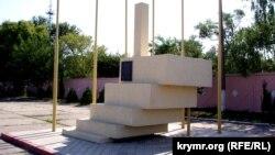 Знак, установленный на Керченской переправе 28 апреля 2001 года, в память о встрече мэра Москвы Юрия Лужкова и председателя Верховного совета Крыма Леонида Грача, на которой был подписан меморандум о намерении построить мост через Керченский пролив
