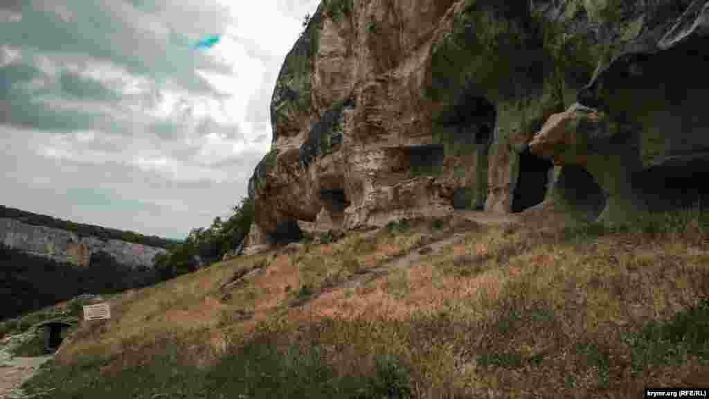 Від найдавнішої частини Чуфут-Кале збереглися головна стіна та арка X століття. Місто було під контролем половців і Золотої Орди. У різні роки його заселяли караїми й алани