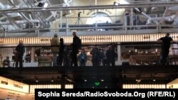 У цьому місці Володимир Зеленський вирішив провести спілкування з журналістами. Kyiv Food Market розмістився в будівлі колишнього заводу «Арсенал»