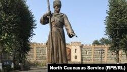 Памятник Дзаугу Бугулову, считающемуся основателем Владикавказа (архивное фото)