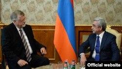 Президент Армении Серж Саргсян (справа) и спецпредставитель ЕС по вопросам Южного Кавказа и урегулирования кризиса в Грузии Герберт Зальбер, Ереван, 30 июля 2014 г.