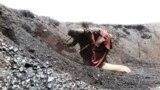 Pakistan. Kwettanyň etegindäki kömür käniniň işçisi