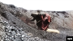 Laborers works at a coal mine in Pakistan (file photo)