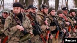 Проросійські сепаратисти з чеченського батальйону «Смерть» на території, підконтрольній угрупованню «ДНР», що визнане в Україні терористичним. 8 грудня 2014 року