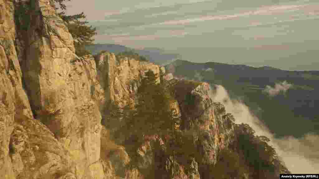 Вид на южные склоны Ай-Петри с вагончика «канатки»