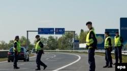 Австрийская полиция на автостраде близ границы с Венгрией