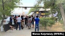 Родственники жертв взрыва на военном складе в Жамбылской области пришли забрать тела родных из морга на территории областной психбольницы в Таразе. 27 августа 2021 года