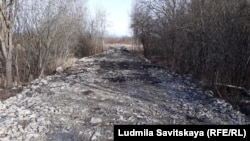 Дорога, которая частично вымощена остатками памятников воинам ВОВ