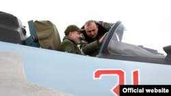 Armenian Prime Minister Nikol Pashinian being briefed on the technical capabilities of Su-30SM fighter jets inside one of them. (The photo was released by the prime minister's press service on December 27, 2019)
