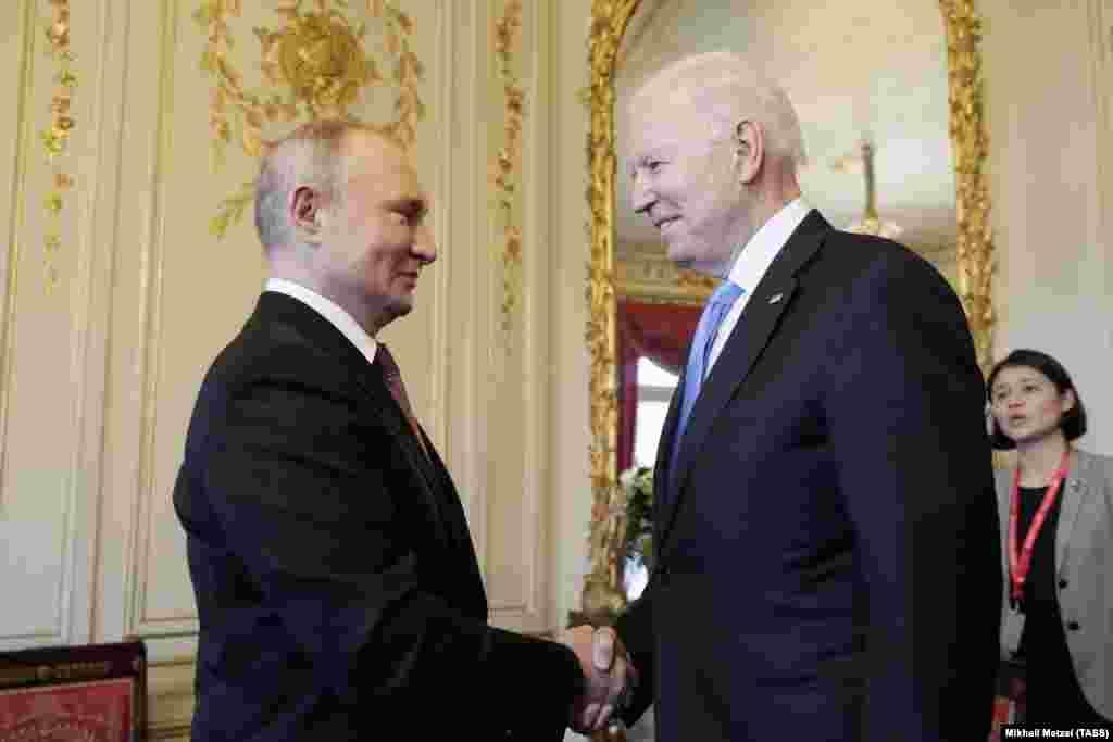 Владимир Путин и Джо Байдженна исторической вилле Ла Гранж в Женеве до начала переговоров, 16 июня 2021 года
