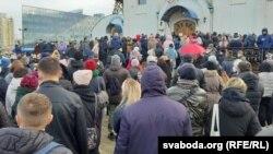 Черга до церкви розтягнулася на кілька сотень метрів– люди потоком йшли вулицею Гамарника, несучи вінки та квіти