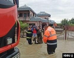 Femeia salvată din casa sa inundată