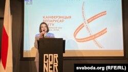 Сьвятлана Ціханоўская выступае перад удзельнікамі канфэрэнцыі