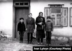 A képen Litvin húga látható felnőtt korában, ő a bátyja segítségével élte túl az éhínséget.