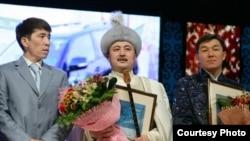 Ақын Аманжол Әлтаев (ортада) айтыстың бас жүлдесін иемденді. Астана, 13 желтоқсан 2010 жыл.