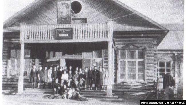 Школа в Тегульдете (Томской область), где преподавал спецпереселенец Ю.Вольфенгаут. 1951 г.