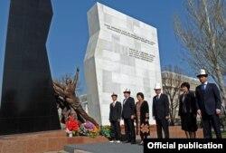 Роза Отунбаева (третья слева) с чиновниками у памятника погибшим во время Апрельских событий 2010 года. Бишкек, 7 апреля 2012 года.