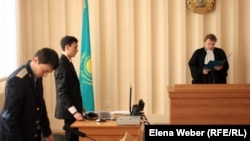 Судья Наталья Маркашова оглашает решение суда по иску Рафика Ипкаева. Темиртау, 19 января 2012 года.