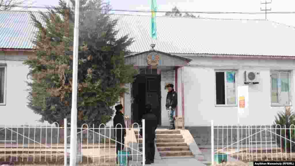 Здание сельского акимата временно отвели под полицейское отделение. Офис акима переехал в здание сельской больницы.