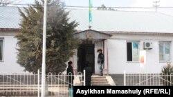 Полицейские у здания акимата в селе Ынтымак. 11 февраля 2015 года.